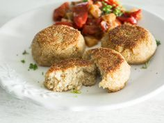 Quinoa zeigt sich in der Küche ganz schön vielseitig. Hier wird es zu Talern geformt und knusprig angebraten. Dazu gibt es eine leckere Gemüsepfanne.