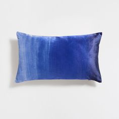 Stay up to date with cushions and decorative pillows from the new Zara Home collection. Floral, gray, white, golden or blue throw pillows and cushion covers. Blue Grey, Blue And White, Gray, Classic Blues, Zara Home Collection, Velvet Cushions, Living Room Grey, Home Fragrances, Cushion Pads