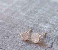 Dies ist Titan Druzy kleine Ohrstecker Ohrringe trending.  Informationen:  --Ca.: 6mm, 8mm  --Edelstein: White Titan Druzy; Note: AA Die Titan Druzy Stein erfolgt durch eine Schicht aus Achat an der Unterseite, mit natürlichen farbigen Kristallen, die dem Träger einen tollen Look machen.  -Metall: 14 k Gold gefüllt oder Sterling Silber  --------------------------------------------------------------------------------------------  * ÜBER Titan Druzy *  Natürliche konkaver Edelsteine kommen in…