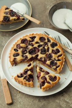 Cherry Frangipane Tart (Gluten-Free, Paleo) A French-style fruit tart with an almond frangipane filling studded with fresh cherries. Gluten Free Baking, Gluten Free Desserts, Delicious Desserts, Sweet Recipes, Real Food Recipes, Baking Recipes, Paleo Food, Tart Recipes, Paleo Recipes