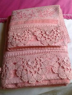 Bico de Crochê para Toalha de Banho: Gráficos e Passo a Passo +42 Fotos | Revista Artesanato Crochet Towel, Crochet Lace Edging, Crochet Borders, Crochet Doilies, Crochet Flowers, Crochet Stitches, Knit Crochet, Drop Cloth Slipcover, Crochet Designs