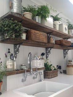 O contraste das prateleiras de madeira e o branco da cozinha, fica muito charmoso!