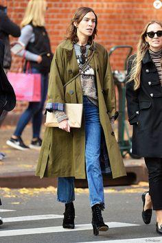 Exclusif - Alexa Chung se promène dans les rues de New York, le 19 novembre 2016.