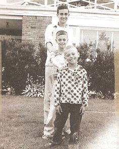 Billy Crystal as a kid (in front) Young Celebrities, Celebs, Fashion Designer Game, Famous Historical Figures, Billy Crystal, Celebrity Siblings, Childhood Photos, Strike A Pose, Old Movies