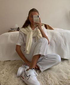 never not wearing shoes inside :) Kendall Jenner Outfits Casual, Casual Outfits, Mode Outfits, Fashion Outfits, Fashion Trends, Fashion Bloggers, Fashion Ideas, School Outfits, Scene Outfits