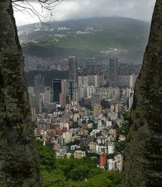 CARACAS  -   Bella Caracas  Con una población de más de 5 millones de habitantes, Caracas es la capital y ciudad más poblada de Venezuela. Está cerca de la costa (Puerto de La Guaira), pero a una altura de más de 800 metros, por lo cual el clima es muy agradable. Caracas está ubicada a los pies del Ávila, una montaña de 2600 metros, donde se encuentra el Parque Nacional.