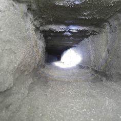 Massauksen jälkeen hormi näytti tältä. Jälki ei ole samaa luokkaa kuin massausliikkeiden promokuvissa mutta riittää meille. Hormimme oli myös varsin haastava siinä mielessä että rapautumisen takia sen koko oli yläpäästä n. 220230 mm kun alpäästä koko oli noin 170180 mm. Eli ylhäällä kura vuosi massaustyynystä läpi ja alhaalla tyyny jätti ihan muutaman millin kerroksen seinämiin. Laastisaumoissa olleet 2-3 sentin rapautumat tuli kuitenkin täytettyä mikä on tärkeintä. #hormimassaus…