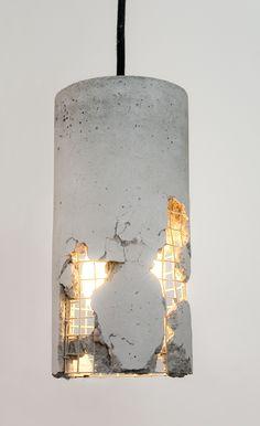 Die LJ Lamp Delta ist ein neues Produkt der Berliner Designwerkstatt LJ Lamps. Ein jedes Exemplar dieser ungewöhnlichen Leuchte ist ein Unikat, das wir mit Präzision und Hingabe bearbeiten. Die Lampe ist zusätzlich durch das Zerschlagen des Betons individualisierbar. Eine Anleitung hierzu wird mitgeliefert. Dadurch wird Drahtstruktur sichtbar und von innen beleuchtet. Wo auch immer Sie diese Lampe einsetzen - sie wird durch ihre Einzigartigkeit alle Blicke auf sich ziehen.Die LJ Lamp δ in…