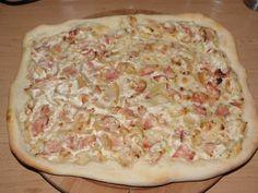 Pizza koláč se zakysanou smetanou a slaninou | recept | ČSDR.cz Hawaiian Pizza, Food, Essen, Meals, Yemek, Eten
