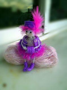 muchacha de la muñeca con la pluma de Regalosuerte en Etsy