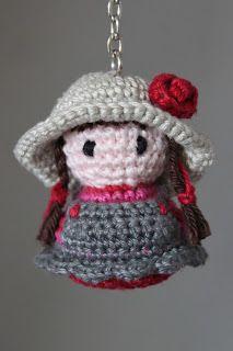 Het patroon voor dit meisje komt uit het boekje 'Gelukspoppetjes Haken' van Annemarie Arts.De hoed en de vlechtjes heb ik er zelf bij v...