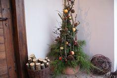 Choinka to tradycyjna dekoracja w okresie świąt Bożego Narodzenia. Wiele osób, już od wejścia wita świątecznie gości, dekorując ganek, schody czy ogród. Dziś pokazujemy, jak zrobić oryginalną choinkę, którą można postawić na ganku – choinkę zrobioną na gałęziach gruszy…