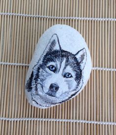 Husky dog, head study, painted by me with acrylic paints and inks, on a pebble of marble.  Size 10 x 7 x 4 cm or 4 x 2.75 x 1.5 inches Approx. Weight 446 gm or 15.7 oz.  Signed on reverse, peint a la main. The Dandy Artist, hand painted 2016.  Glazed with several coats of varnish.  Suitable uses: paperweight, home decoration, collectible, gift idea. The gift bag shown in the photo is included. Clean with a clean damp cloth.  I will ship within 1 to 3 days of receiving payment packed well to…