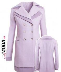 Béžovo-ružový dámsky zimný kabát priliehavého strihu v kombinácií svetlej a tmavej modrej je tou pravou voľbou na aktuálnu zimnú sezónu.- trendymoda.sk