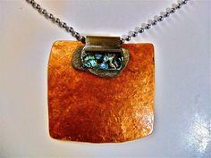 Nacre Ancienne d'abalone, galet et tube de cuivre martelé au feu. Solveig et ses Folies de Nacre