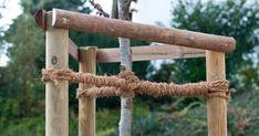 Damit sich frisch gepflanzte Bäume mit ihren Wurzeln gut im Boden verankern und auch bei stärkerem Sturm nicht umkippen, brauchen sie einen Baumpfahl als Stütze. Hier stellen wir verschiedene Methoden vor und zeigen Ihnen, wie Sie den Baum fachmännisch am Pfahl anbinden.
