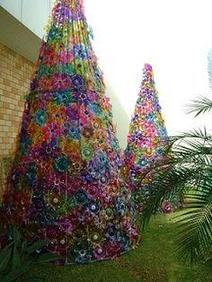 A decoração de natal do Pão de Açúcar em Indaiatuba está linda! São árvores feitas com garrafas Pet recicladas. Há inúmeras peças pr...