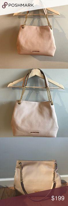 🎀NEW🎀 MK Jet Set Shoulder Bag 🎀MICHAEL KORS🎀 Jet Set Item. Large Shoulder Bag. Gorgeous 100% Authentic Leather Bag. Light Biege Color called Oyster. Gold hardware❌PRCE IS FIRM❌ Michael Kors Bags Shoulder Bags