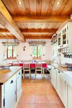 Výsledek obrázku pro trámový strop s fošnovým záklopem Modern Log Cabins, Cottage Interiors, Interior Design Kitchen, Architecture, New Homes, Content, Furniture, Home Decor, Rural House