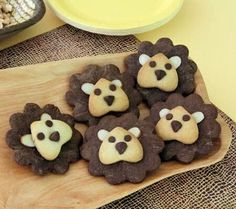 Lion Cookies easy to do with standard cookies cutters. Serve up a tray of these adorable Lion King cookies at your Lion King baby shower. Guests will love the too-cute-to-eat Disney Baby recipe. Lion cookies - maybe as favors? Heres a sweet treat shower Lion Cookies, Cute Cookies, Sugar Cookies, Biscotti Cookies, Birthday Party Snacks, Snacks Für Party, Easy Snacks, Cute Food, Yummy Food