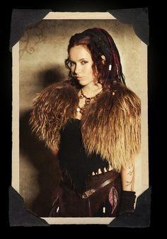 """Costume de scène 2014 de Jennifer """"Jenny"""" Evans Van Der Harten, harpise et chanteuse du groupe Omnia, imaginé, designé et créé entièrement par elle-même,au Pays-Bas. Fait en cuir, coton, tissu, fourrure pour les vêtements, dreads et divers accessoires pour la coiffure."""