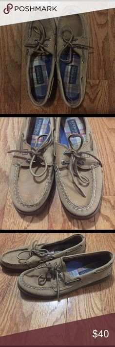 Sperry boat shoes Sperry classic boat shoes. Worn with a couple scratches but still in really good condition. Sperry Shoes Flats & Loafers