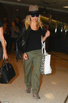 She's no weary traveller! Sarah Michelle Gellar looked every inch the trendsetter when she...