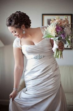 Belíssimo Vestido de Noiva Wedding Dress.This is so stunning! So many women fret about losing weight for the big day. I say relax and rock the body you have with an awesome dress!