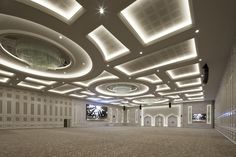 Light fixtures of giant crystal prisms ranging from 35 to 155 centimetres. We used 14.370 prisms to complete the fixtures for five ceremonial halls of Al Rufaa Celebration Hall Complex in Doha.