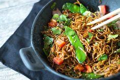 Asiatische Nudeln mit Frühlingsgemüse und Rindfleisch: ein leckeres Frühlingsrezept aus der asiatischen Küche mit Mie Nudeln, Sesam, Frühlingszwiebeln, Paprika, Zuckerschoten, Möhren und frischem Koriander. Knackig, frisch und einfach lecker! Probiert es aus! ➤ Zum Rezept für Asianudeln