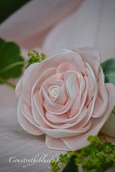 Handmade Flowers, Diy Flowers, Fabric Flowers, Paper Flowers, Burlap Roses, Ribbon Embroidery, Silk Ribbon, Shabby Chic, Crafts