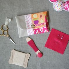 Snappy Coin Purse Tutorial - includes detailed instructions and link to pattern piece. Great for coins or carrying small sewing items as pictured above. Sewing Hacks, Sewing Tutorials, Sewing Crafts, Sewing Projects, Bag Tutorials, Tutorial Sewing, Craft Tutorials, Fabric Bags, Fabric Scraps