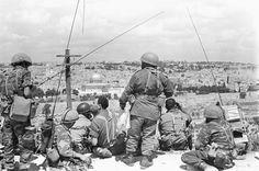 כוח צנחנים צופים על העיר העתיקה ממשלט אוגוסטה ויקטוריה לאחר הכיבוש, מלחמת ששת הימים. 05.06.1967