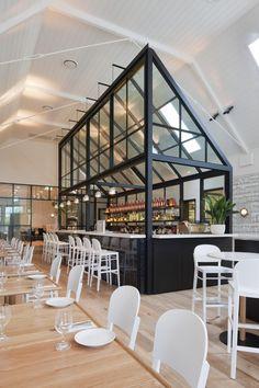 A l'origine une église construite en 1908, puis transformé en bibliothèque dans les années 1970, The Old Library est aujourd'hui un restaurant situé dans la banlieue de Sydney qui a été pensé par les designers Guthrie Hecker.