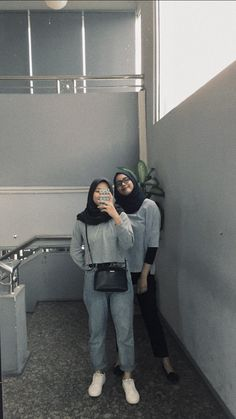 zoom in a little bit Casual Hijab Outfit, Ootd Hijab, Hijab Chic, Girl Hijab, Bff Goals, Friend Goals, Boy And Girl Best Friends, Korean Couple, Friend Pictures