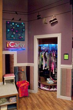 iCarly: armário giratório é o meu sonho, desde 'As Patricinhas de Bervely Hills'! #iCarly #bedroom #decor #quartodeadolescente #cinzaerosa