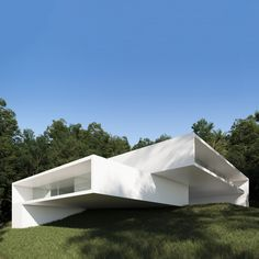 House in Rio de Janeiro. Casa en Rio de Janeiro by Ransilvestre Arquitectos Two volumes linked to different levels organize the whole house. Underneath, a shady terrace and a pool that limits the plot. Architecture Design, Minimal Architecture, Residential Architecture, Bungalow Haus Design, House Design, Modern Villa Design, Futuristic Home, Small Buildings, Dream House Exterior