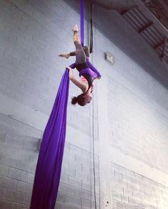 "139 Me gusta, 7 comentarios - Acro Mel (@acro.mel) en Instagram: ""Slack drop day on #silks 🤗 #slackdrop #iadf #aerialsilk #aerialsilks #silk #tissu #fabrics #fabric…"""