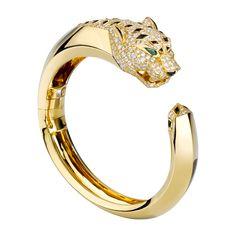 Bracelet Panthère. Bracelet en or jaune 18 carats motif tête de panthère, tête et queue pavées de diamants, nez taches et queue en onyx, yeux en émeraude.