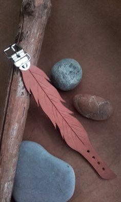Bracelet  cuir beige - plume  ref: BL 17 de la boutique IndianHeritageArts sur Etsy