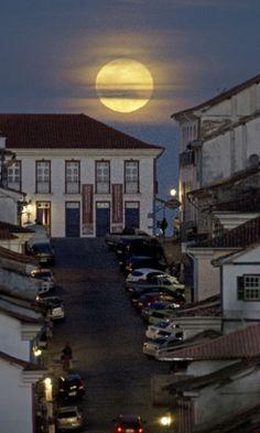 Fenômeno da Superlua sobre a linda Ouro Preto em Minas Gerais, Brasil, em…