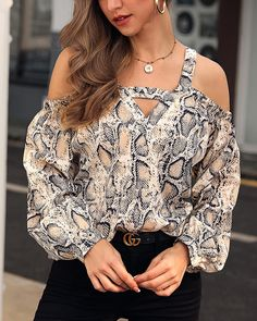 Snakeskin Print Lantern Sleeve Loose Blouse We Miss Moda is a leading Women's Clothing Store. Trend Fashion, Look Fashion, Womens Fashion, Fashion Images, Urban Fashion, Latest Fashion, Fashion Beauty, Blouse Ample, Trendy Outfits
