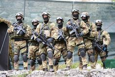 Paratroopers belong to the Monte Cervino Alpini Regiment.This Regiment is a SOF unit of the Italian Army Italian Police, Italian Army, Italian Guys, Military Weapons, Military Life, Military Gear, Pakistan Armed Forces, Military Special Forces, Special Ops