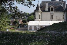 Le Château de Véretz - 12) CH. DE VERETZ- HISTOIRE: La seconde cloche de l'église de Véretz a pour marraine la Princesse de Conti. De 1736 à 1780, de nombreux travaux et aménagements, tant intérieurs qu'extérieurs, sont effectués par le Duc d'Aiguillon et par son fils de DUC EMMANUEL D'AIGUILLON, lieutenant général de Bretagne, puis ministre des Affaires Étrangères du roi Louis XV. On fait appel aux meilleurs artistes de l'époque (le grand peintre religieux, JOUVENET, de Rouen,....