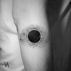 Tatuaje de un agujero negro en el antebrazo derecho. Artista Tatuador: Violeta Arús