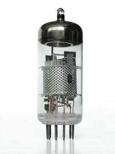 Bulbo, válvula electrónica, también llamada válvula termoiónica, válvula de vacío, tubo de vacío