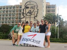 Plaza de La Revolución, Rafa junto a colegas y Staff del Mayorista TOP DEST. De fondo figura del CHE GUEVARA