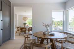 Une banquette derrière la fenêtre - A part ça ... Banquette, Dining Table, Furniture, Home Decor, Small Places, Home, Decoration Home, Room Decor, Dinner Table
