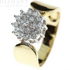 Diamantring i gult gull, 0.50CT TWSI  Diamantring med rosett!  Vakker diamantring i 14KT (585) gult gull med diamanter på til sammen 0,50CT TWSI. Diamantene er plassert i hvitt gull i en stilig rosett på toppen av ringen. Rosetten holdes elegant på plass av en bred formet ring i gult gull som gjør at diamantene står vakkert frem.