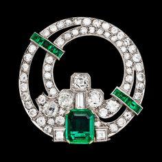 An Art Deco Columbian emerald and diamond clip, 2 cts, resp. 4 cts. 1930's.  platinum. L. 3,5 cm.